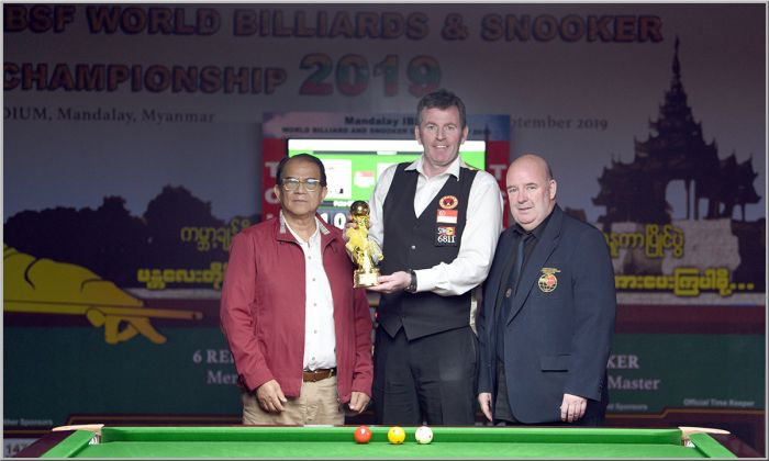 Winner Peter Gilchrist with IBSF Vice President Jim Leacy and President MBSF Dr. Min Niang