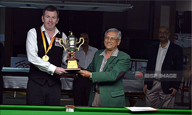 Peter Gilchrist receiving title trophy from MC Utthappa, President Karnataka State Billiards Association