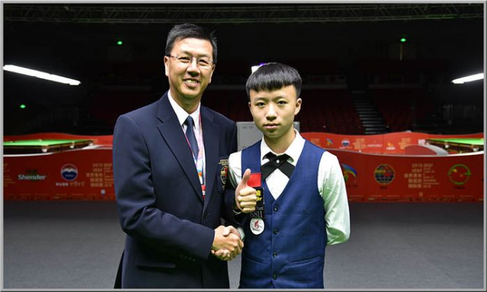 Tournament Director Joseph Lo with 2019 World Under-18 winner Jiang Jun of China